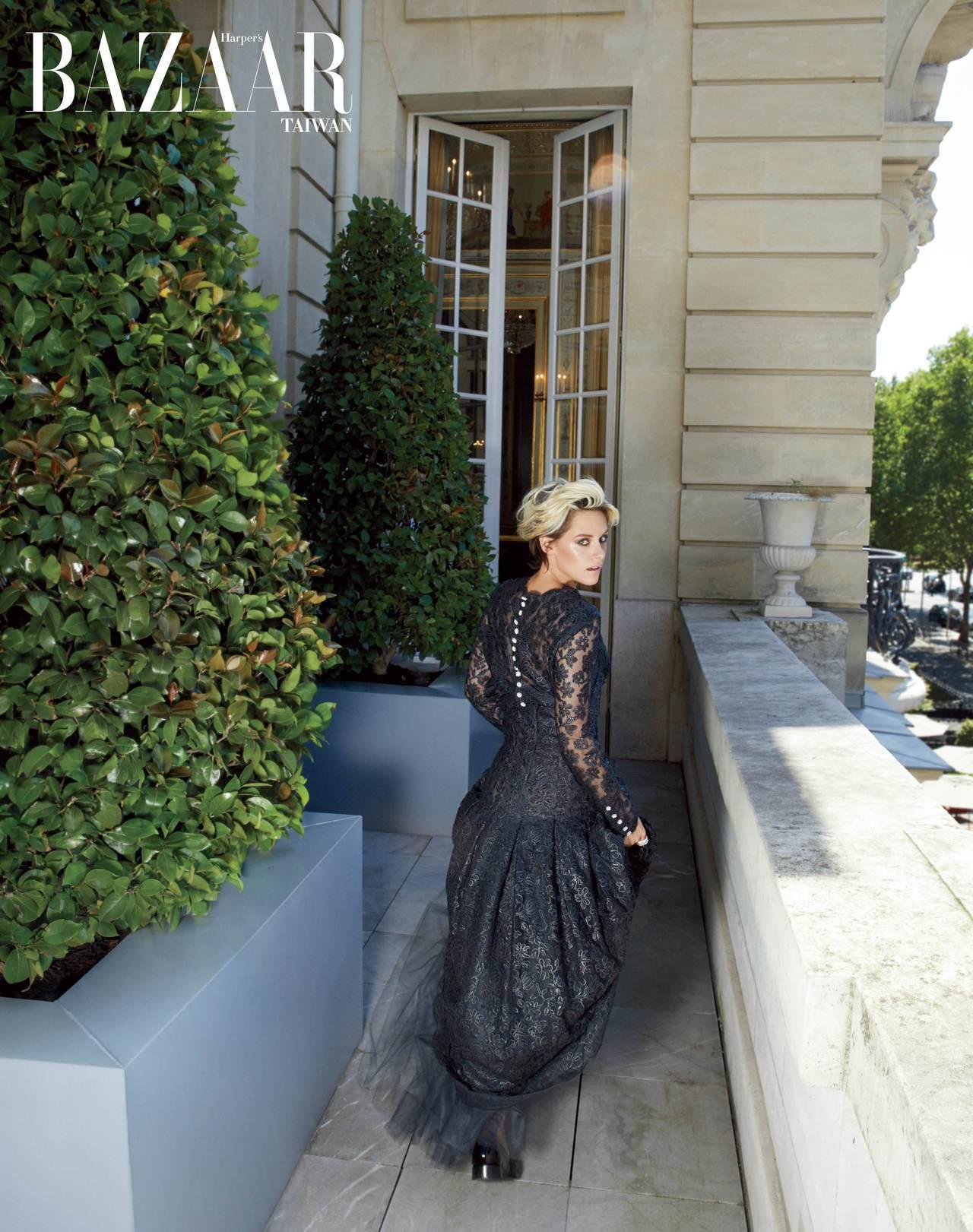 蕾絲洋裝、樂福鞋 Chanel Haute Couture; 鑽石戒指,Chan...