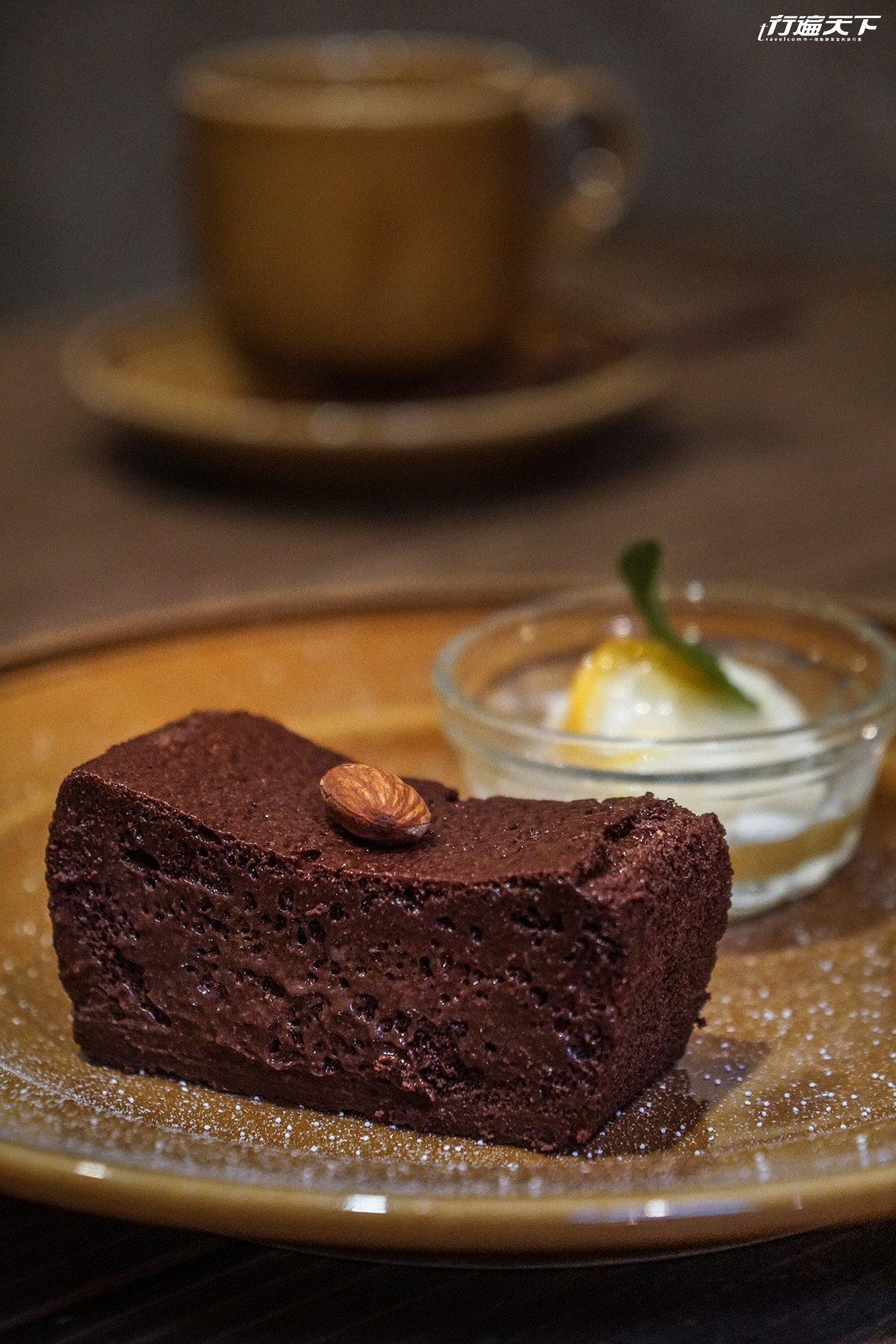 ▲會融化人心的巧克力蛋糕,不但不甜更是口口又清爽又濃郁的巧克力濃香。