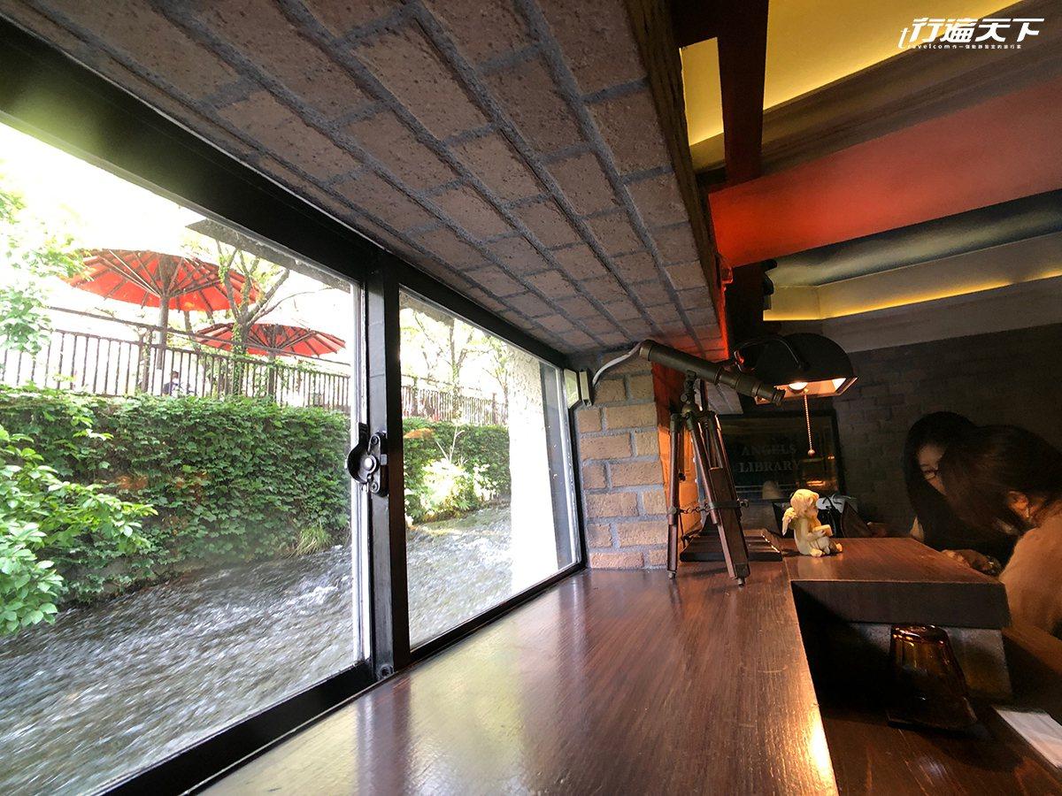 ▲4個靠窗座位,與建築旁的白川水流齊高。