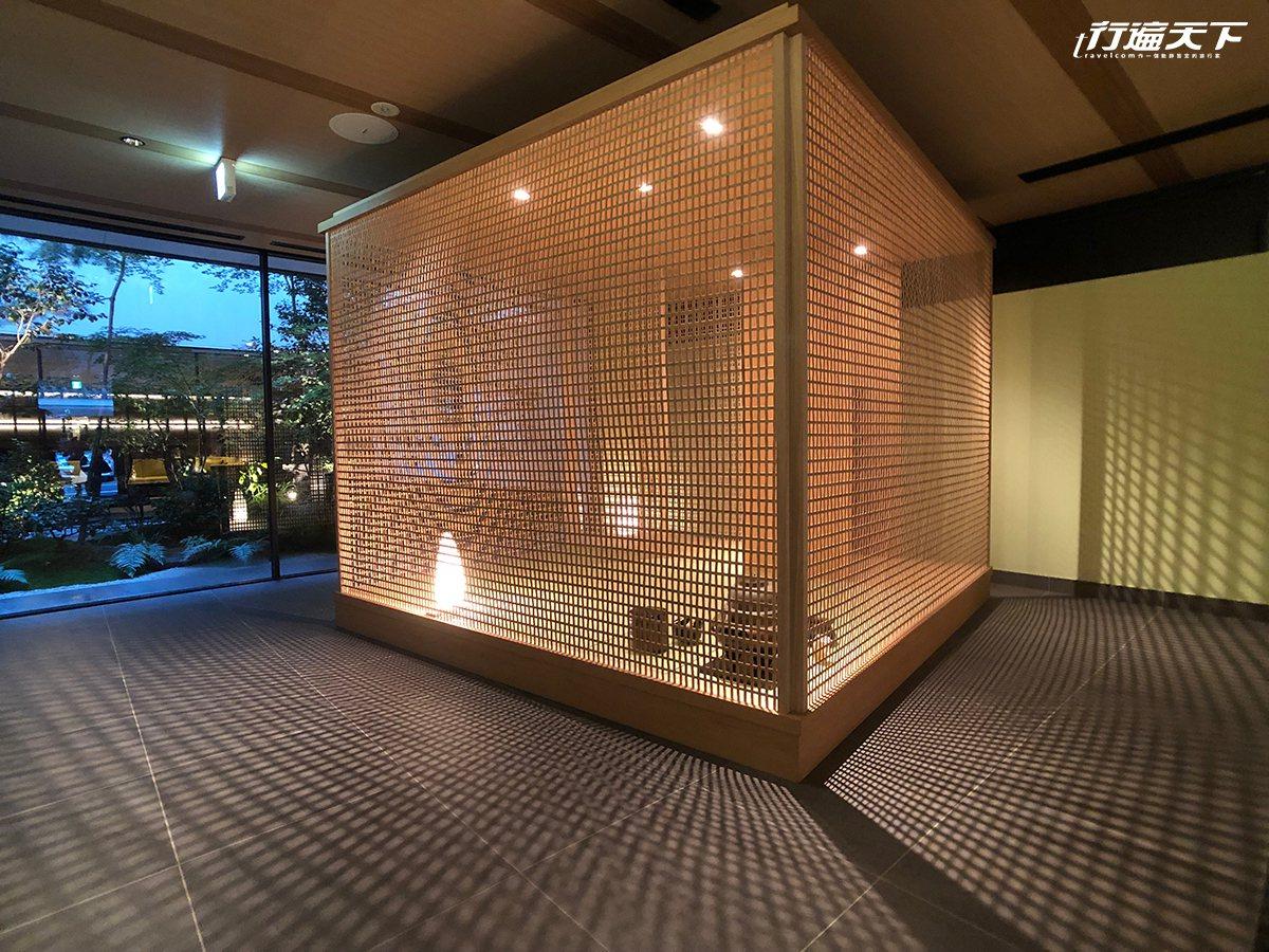 ▲FUYA II櫃檯前的竹茶室,在夜晚點上燈後散發出來的細膩光影,裡、外都讓人驚...