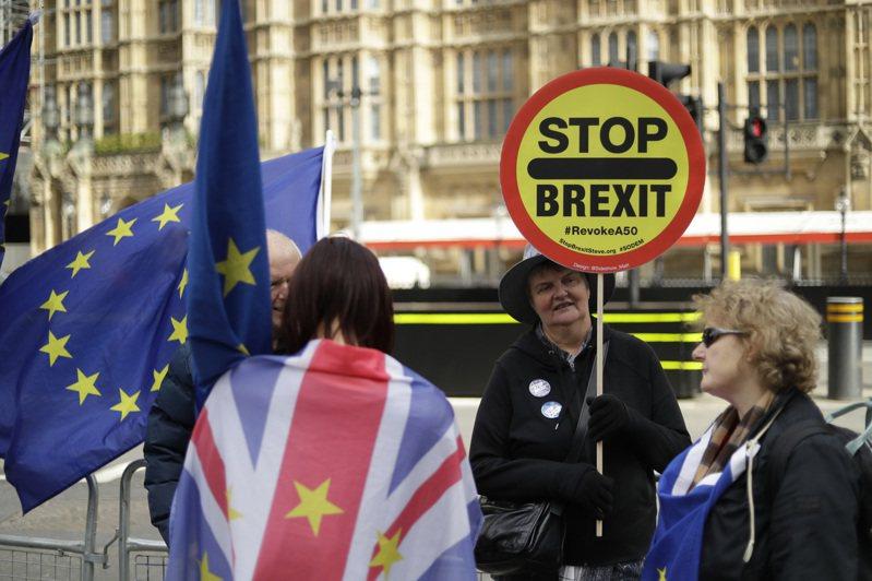 反對英國脫歐人士15日在倫敦國會前抗議。  美聯社