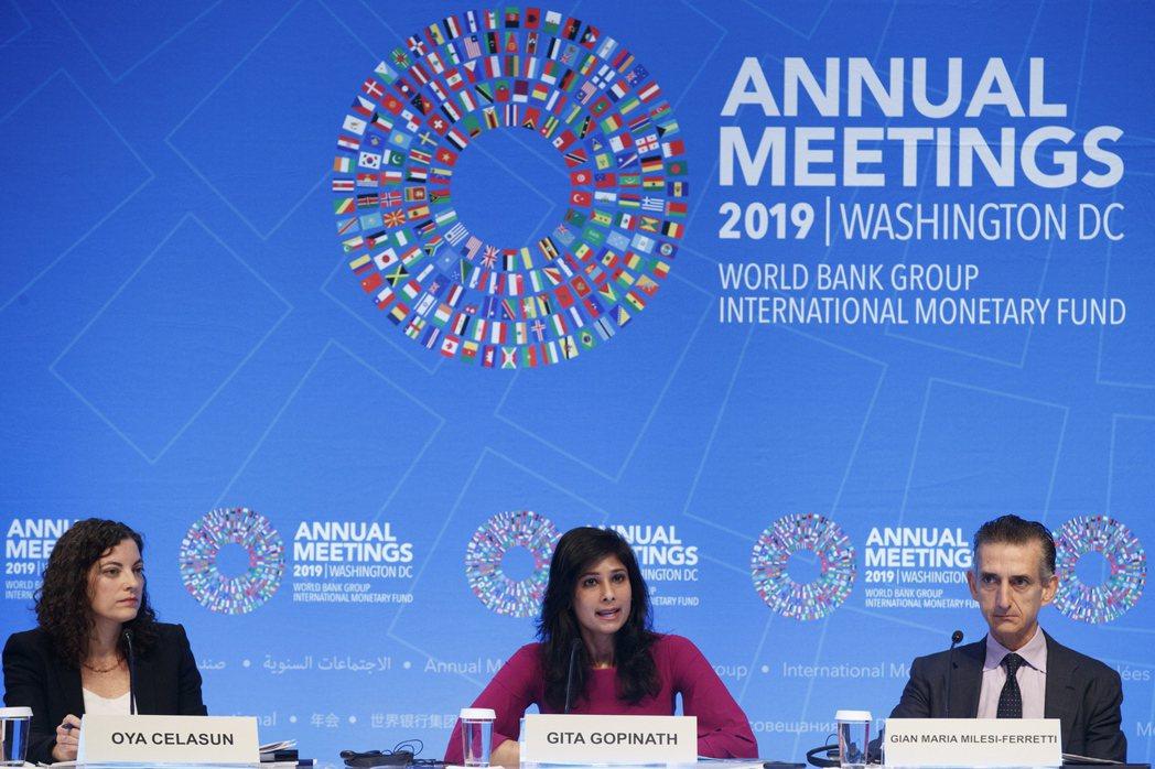 世銀與IMF年會正在華府召開,與會經濟學者在記者會上回答媒體提問。  歐新社