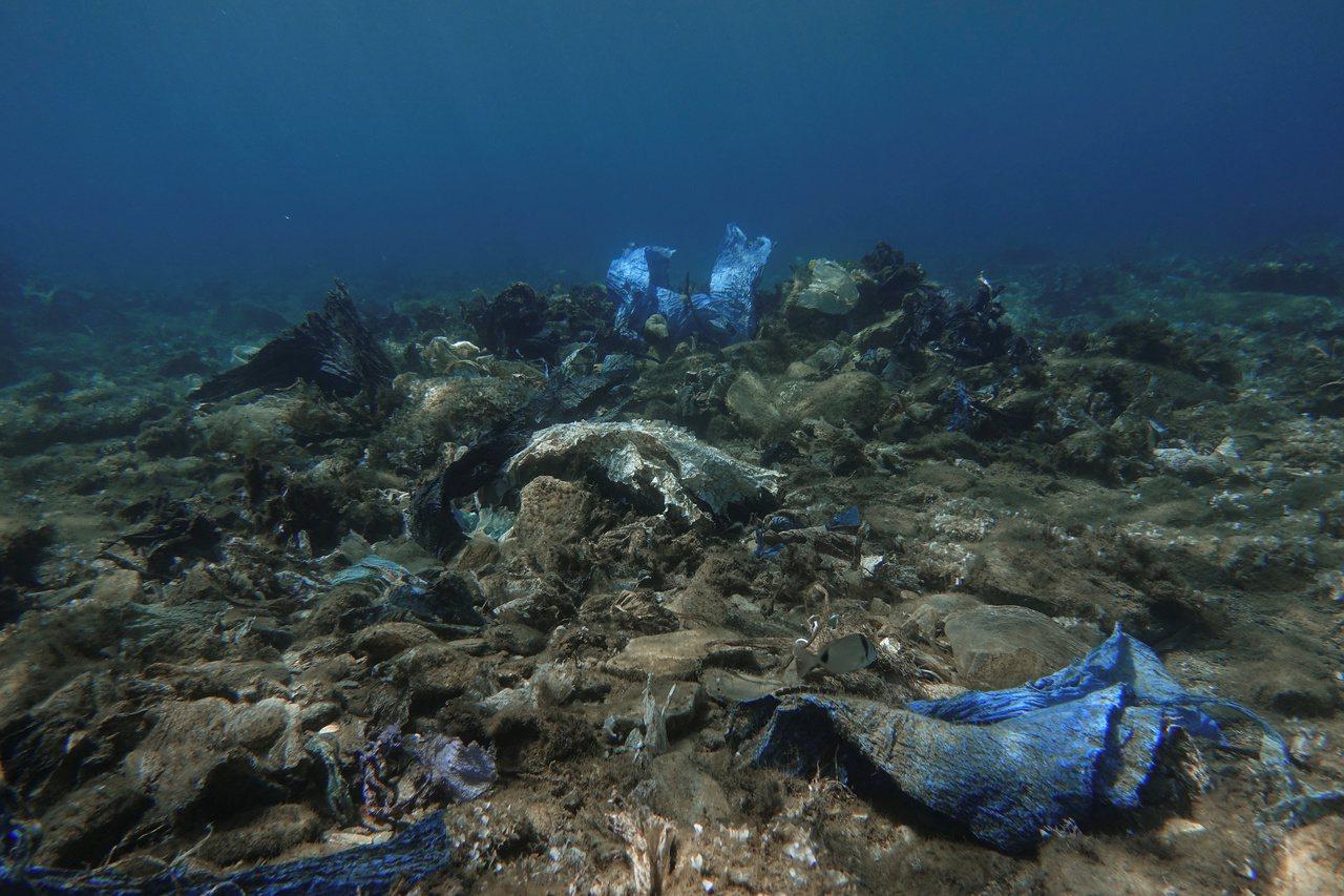每天有39噸塑膠垃圾流入希臘海域。圖為希臘安德羅斯島海底的塑膠垃圾。路透