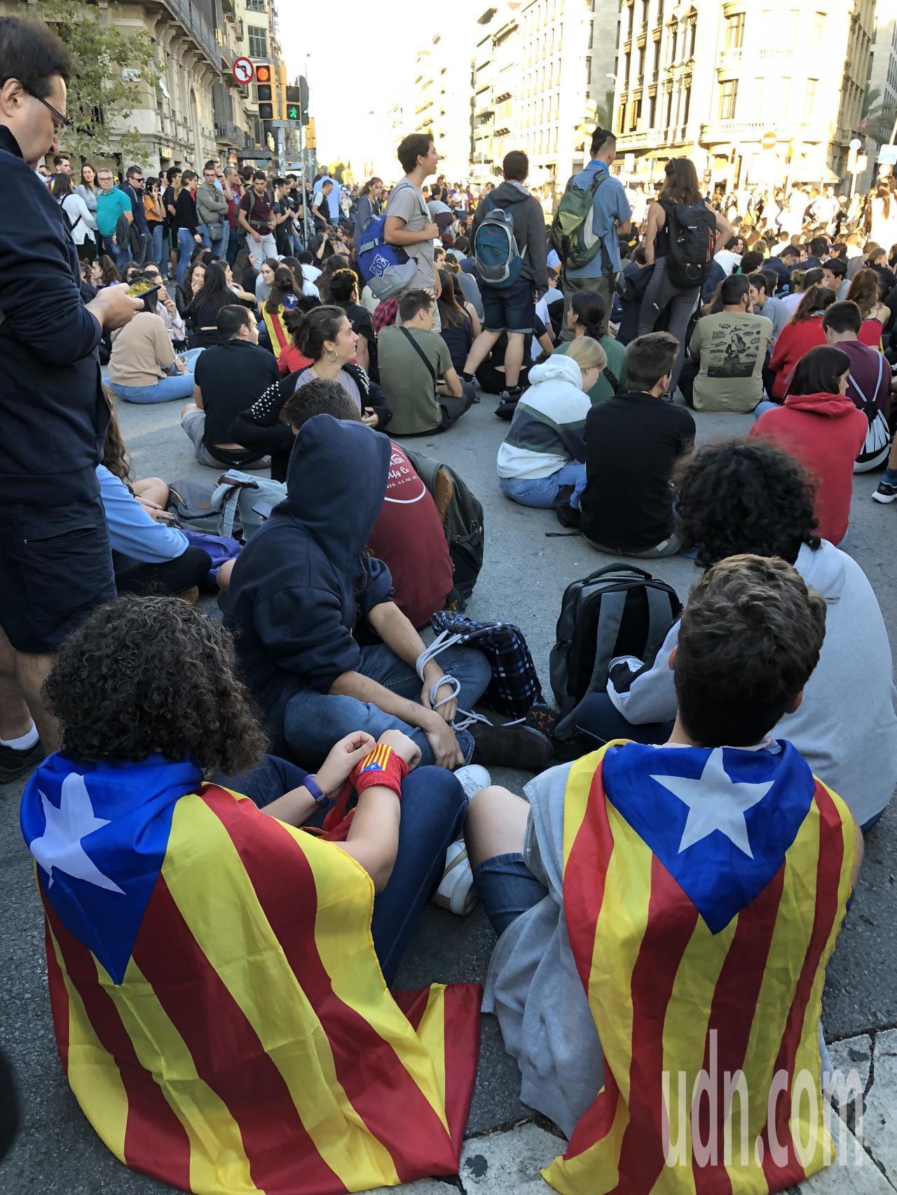 巴塞隆納民眾近日下午5時都到加泰隆尼亞廣場等地靜坐示威,不少人身披加泰隆尼亞旗。...