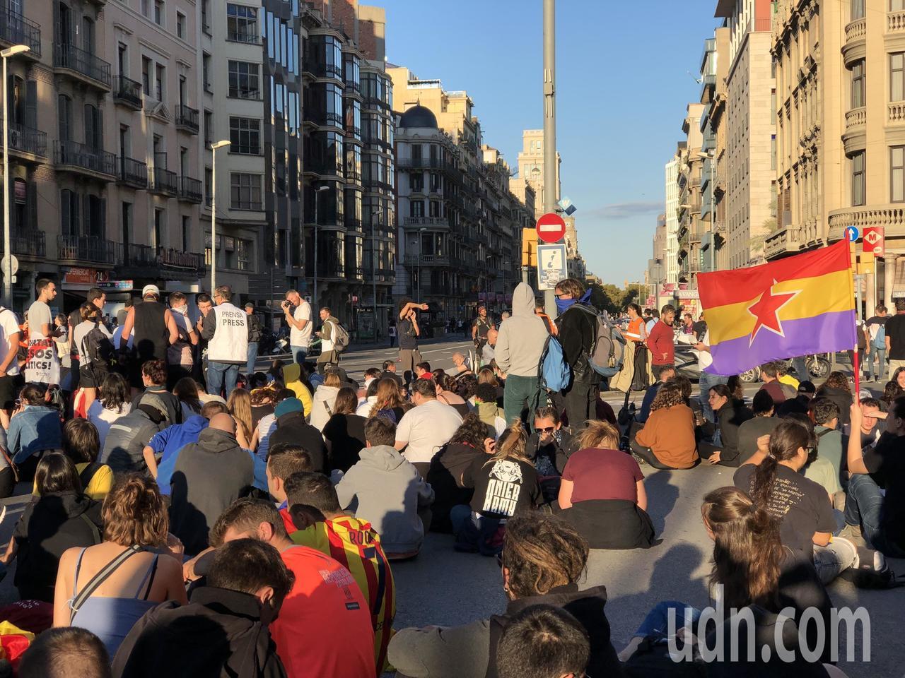 巴塞隆納民眾近日下午5時都到加泰隆尼亞廣場等地靜坐示威。記者何定照/攝影