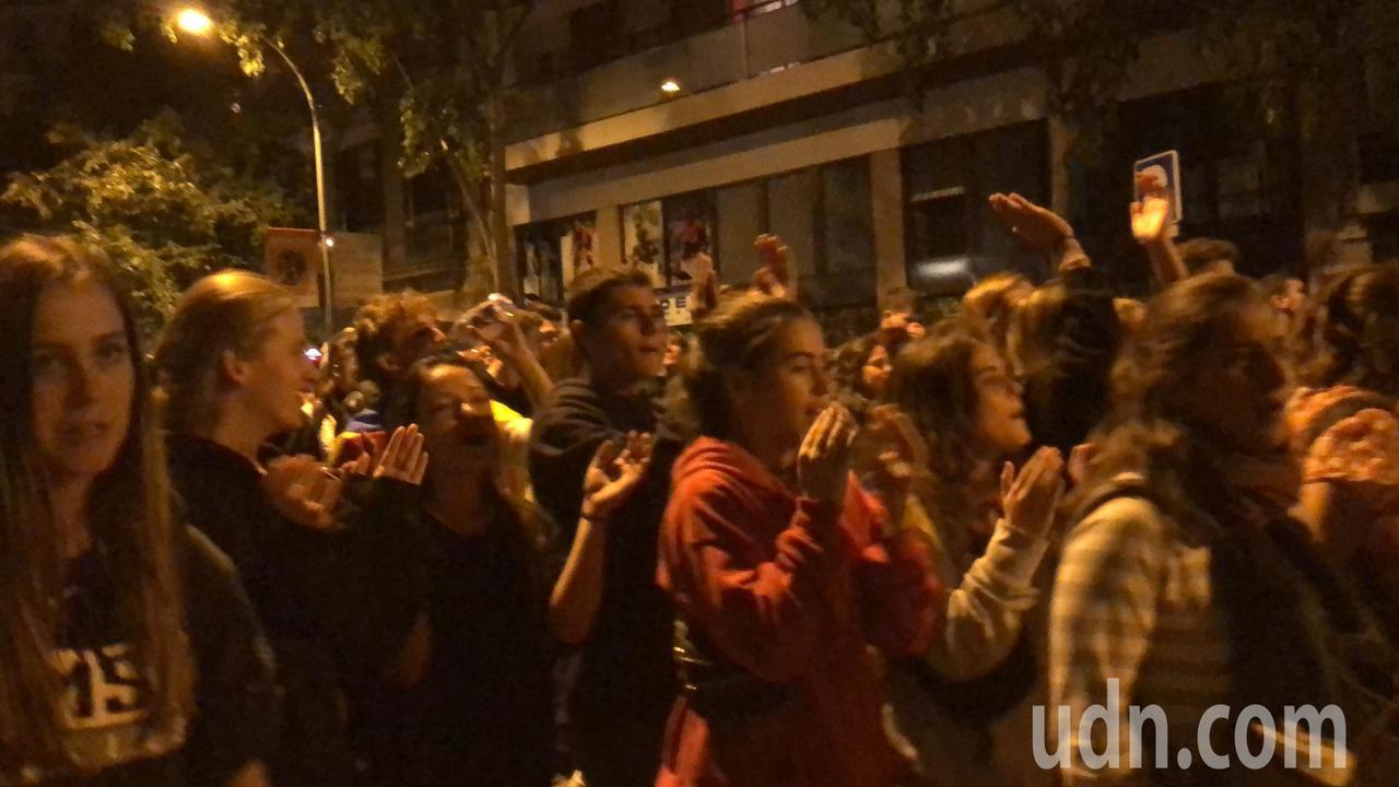 上萬名巴塞隆納民眾16日晚間在對角線大道遊行示威。記者何定照/攝影