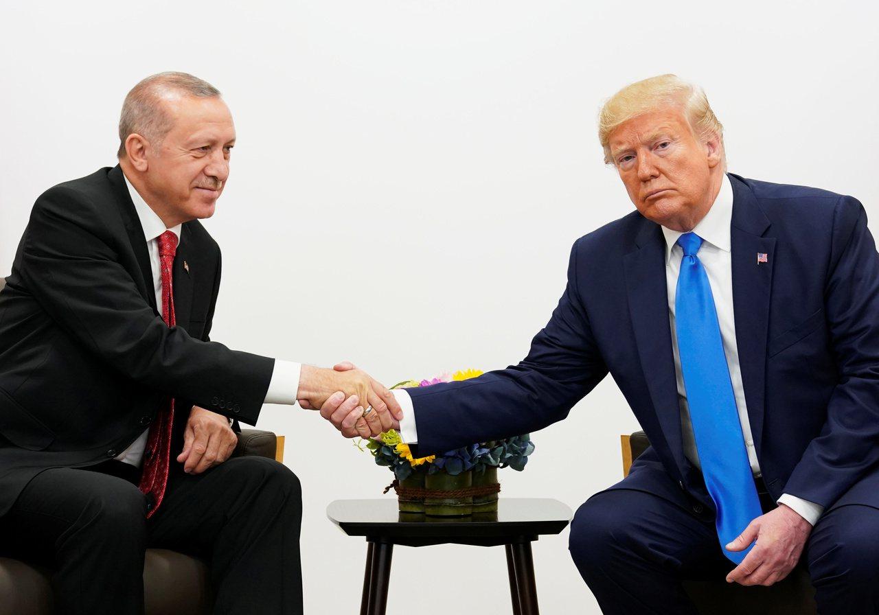美國總統川普(右)9日致函土耳其總統厄多安,在美國撤出敘利亞北部後,「別想當硬漢...