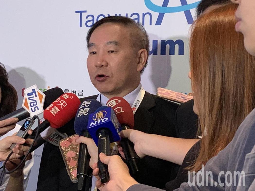 桃園機場公司董事長王明德指出,桃園機場將陸續導入標竿機場採用的生物辨識系統、3D...