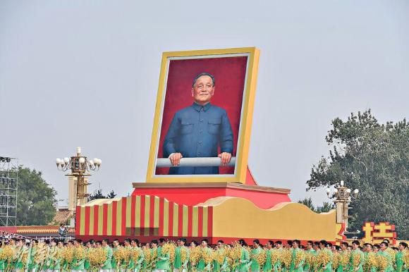 在中共建政70年巡遊中,出現鄧小平等領導人的畫像,卻不見前總書記胡耀邦和趙紫陽的...