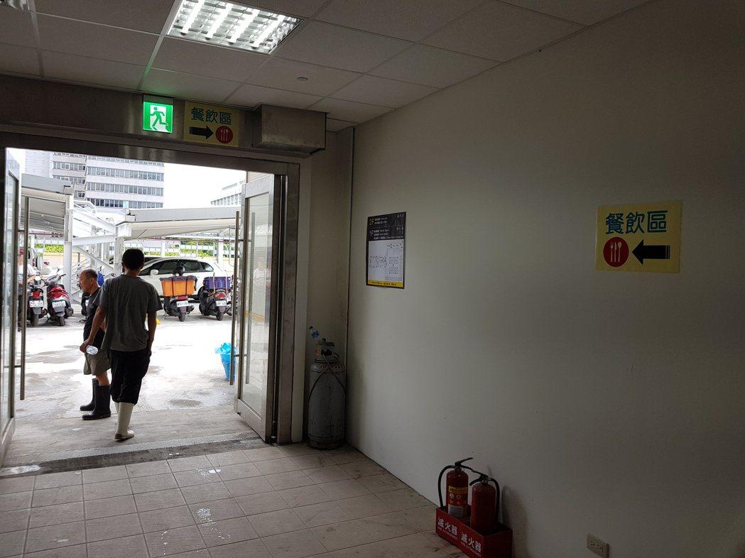 位於杭州南路二段55號的南門中繼市場今天開始試營運,不過,民眾指出,二樓餐飲區動...