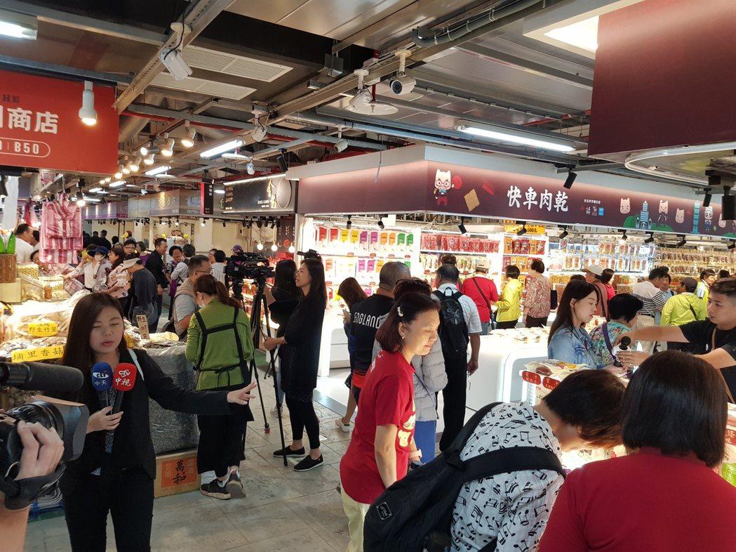 位於杭州南路二段55號的南門中繼市場今天早上7點開始試營運,人潮也在10點過後逐...