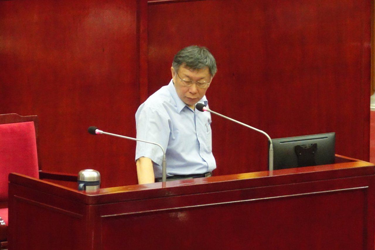 台北市長柯文哲今上午赴議會專案報告時,「親民黨跳船潮」也成為各界質詢焦點之一。記...