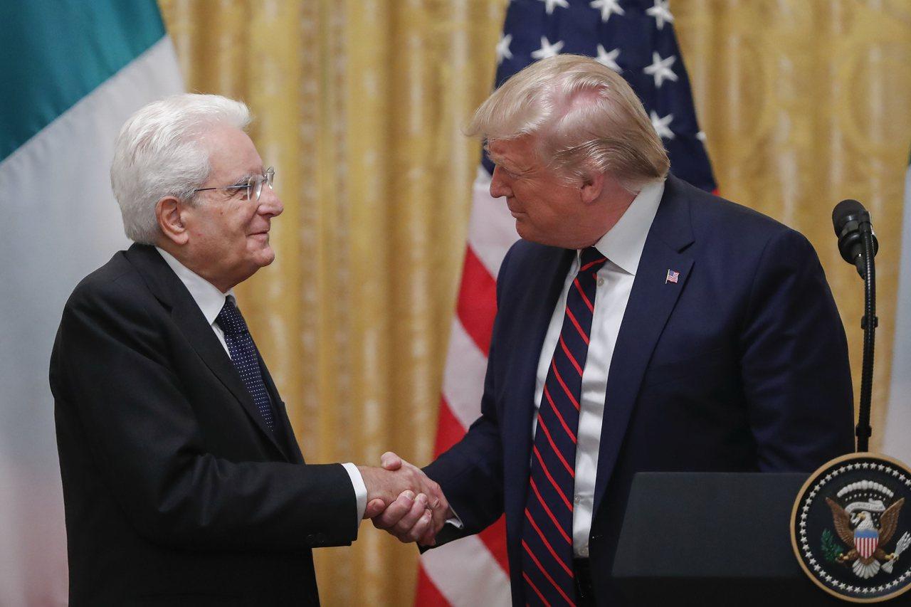 美國總統川普(右)16日與義大利總統馬達雷拉在華府會面。川普誇口,美方不會輸掉與...