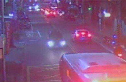 巡邏車(右)與黑色休旅車交會而過,員警發現可疑隨後調頭追捕。記者林昭彰/翻攝