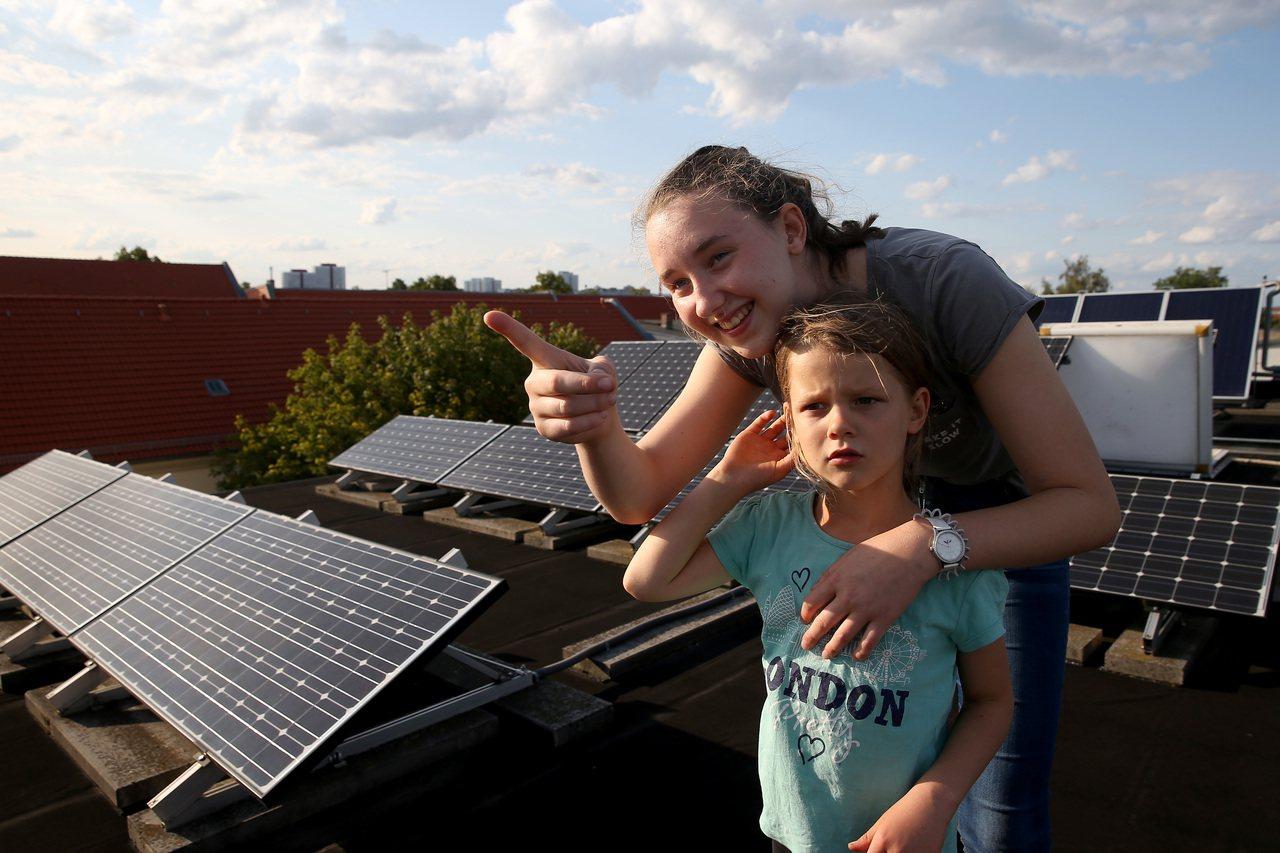 德國民間組織拓展光能(Lichte Weiten)的屋頂太陽能板可以供熱、供能,...