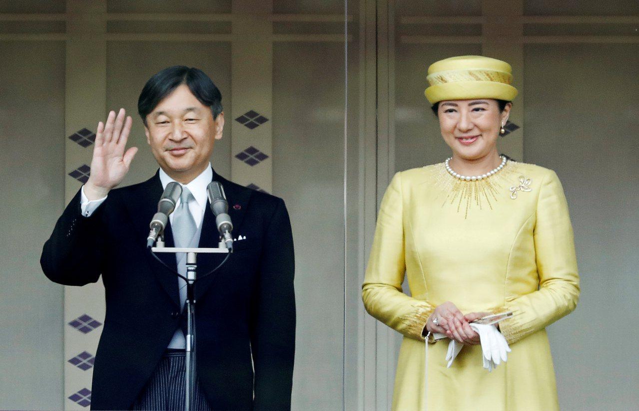 日本新天皇德仁及皇后雅子今年5月4日即位後,首度在東京皇居公開露面。路透