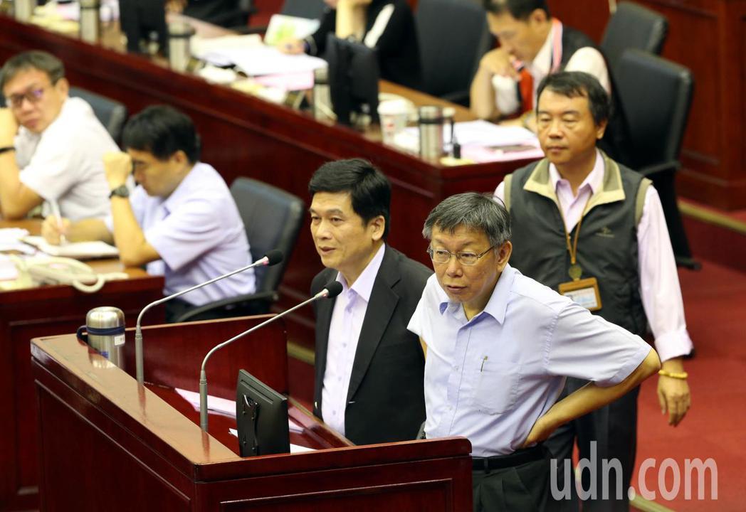 台北市長柯文哲(右)上午在議會進行專案報告,對於大巨蛋的容留人數,他和都發局長黃...