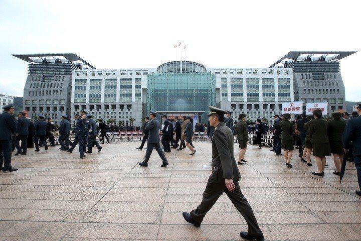 媒體報導披露,國防部近期由部長嚴德發召開少子化因應策略小組會議,將三軍司令部虛級...