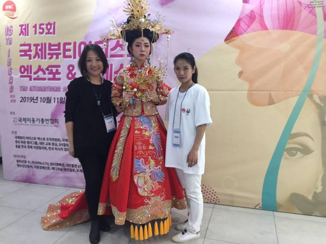 明新科大學生阮怡蒨、陳麗安參加IBEAC韓國國際美容藝術大賽,在「整體造型設計」...