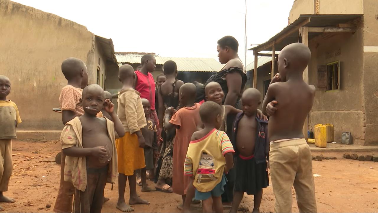 烏干達女子那霸坦吉兒女成群。取自YouTube(@Kassim Kayira)