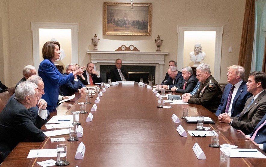 美國總統川普與國會兩黨領袖16在白宮內閣會議室,就美軍撤離敘利亞相關議題開會,但...