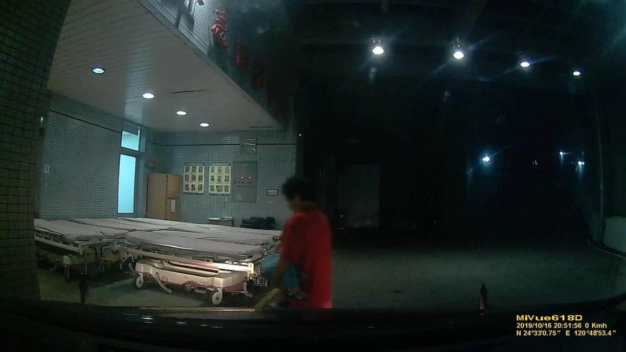 苗栗警察分局公館分駐所員警昨天晚上緊急護送小男嬰就醫,急診後高燒獲得紓緩。圖/苗...