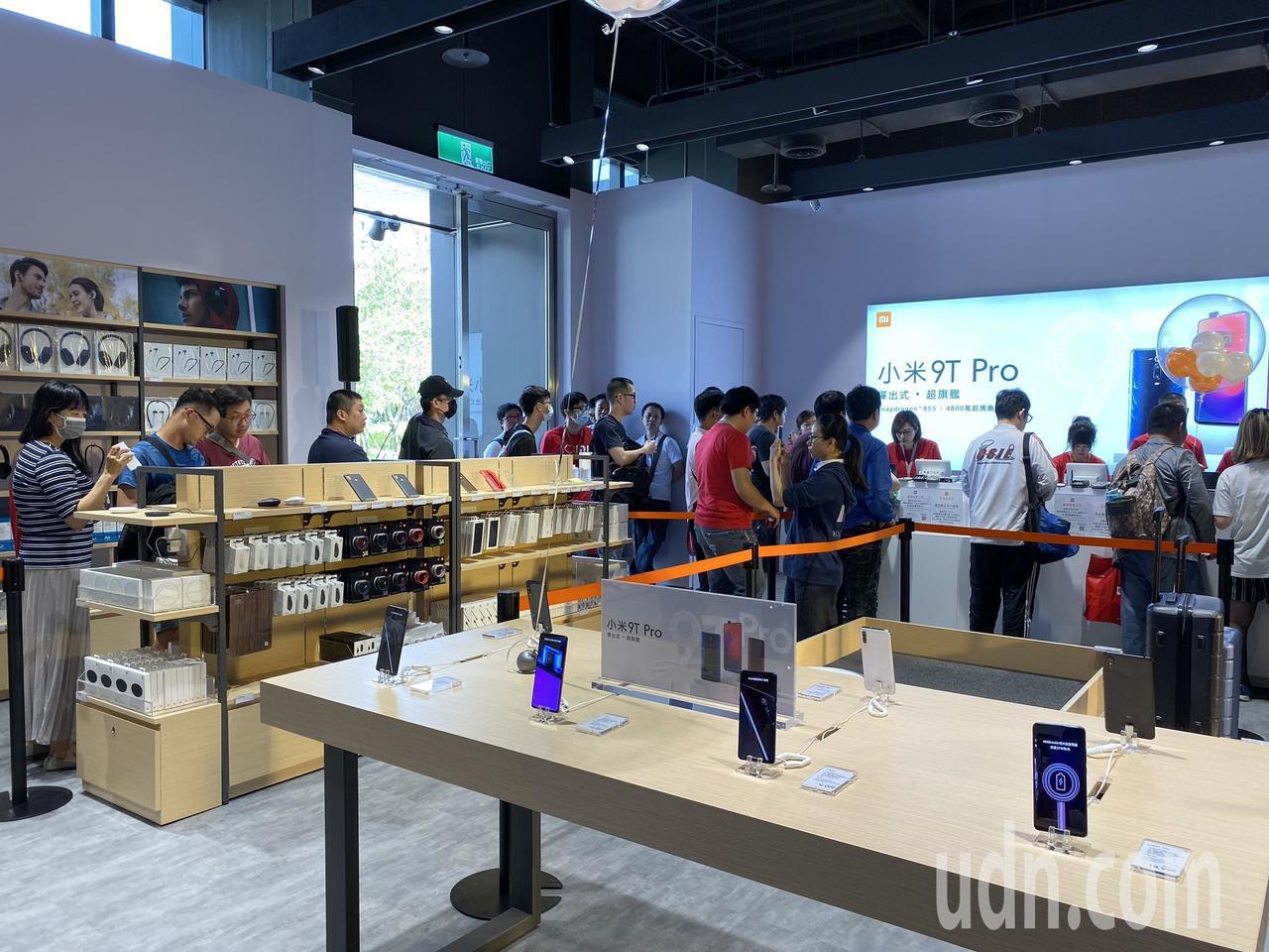 法雅客與小米台灣進駐新光三越台南西門店,今天正式開幕。記者鄭維真/攝影