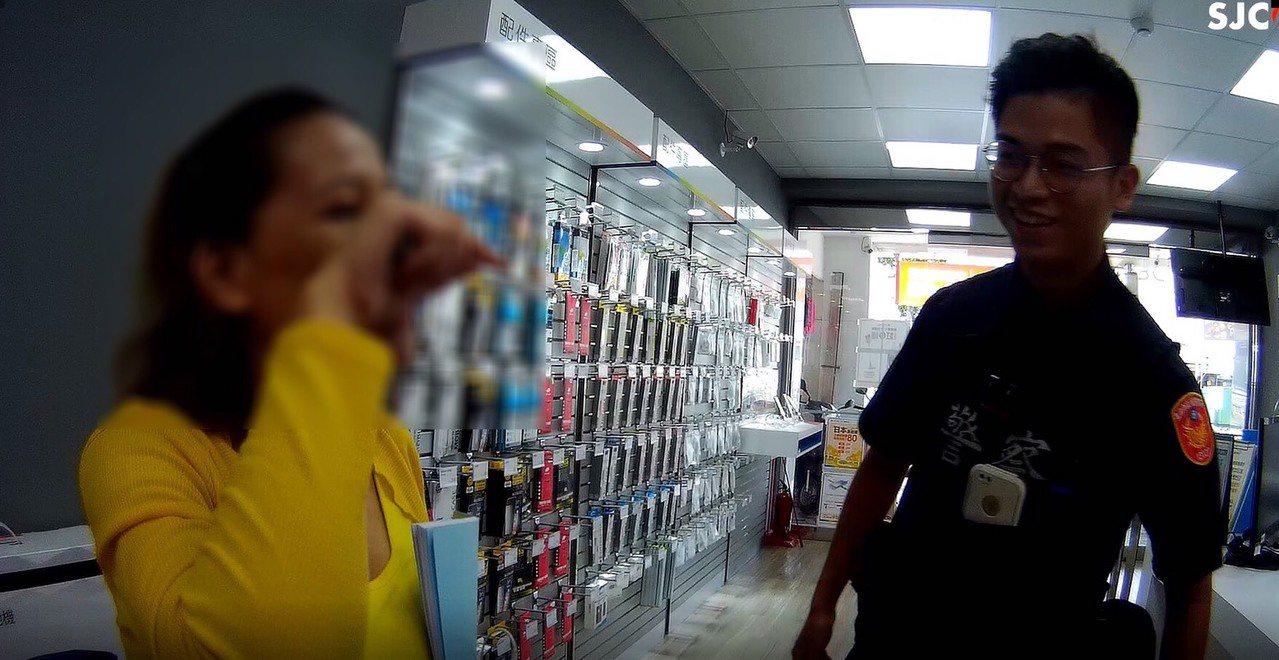 海南所員警李育成(右)以流利英語,協助解決菲國女移工手機問題,讓她5分鐘內聯繫上...