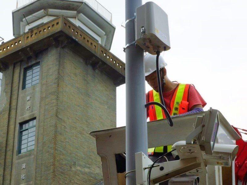微型感測器附掛在燈桿上,距離地面高度約3公尺,監測項目包含溫度、溼度、細懸浮微粒...