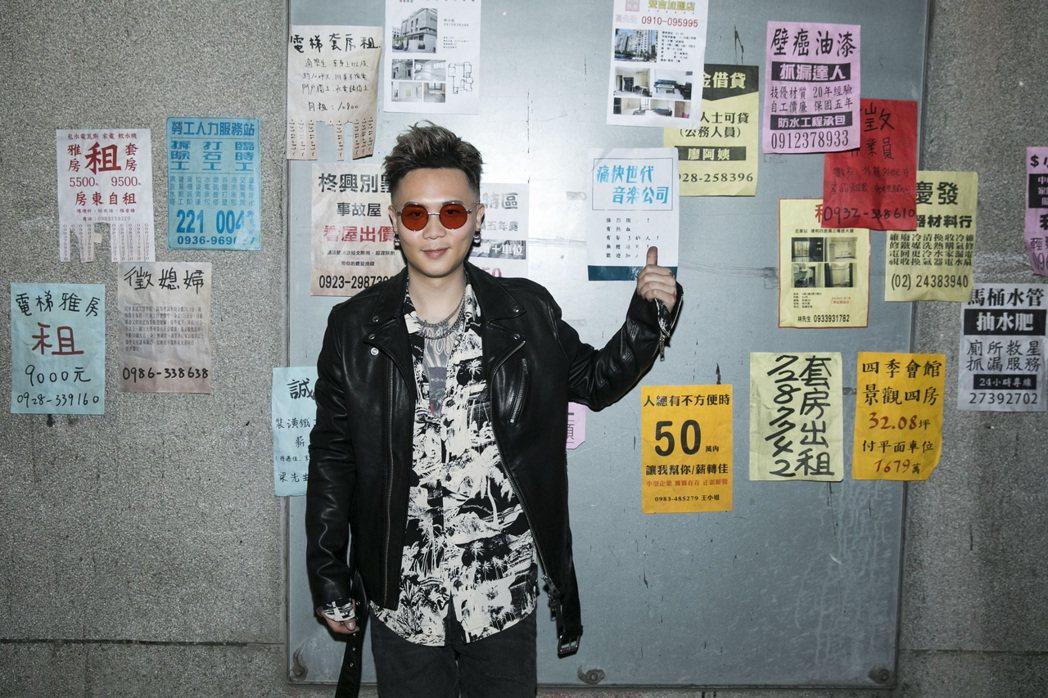 蕭秉治化身為「痛快世代音樂公司」夢想領隊。圖/相信音樂提供