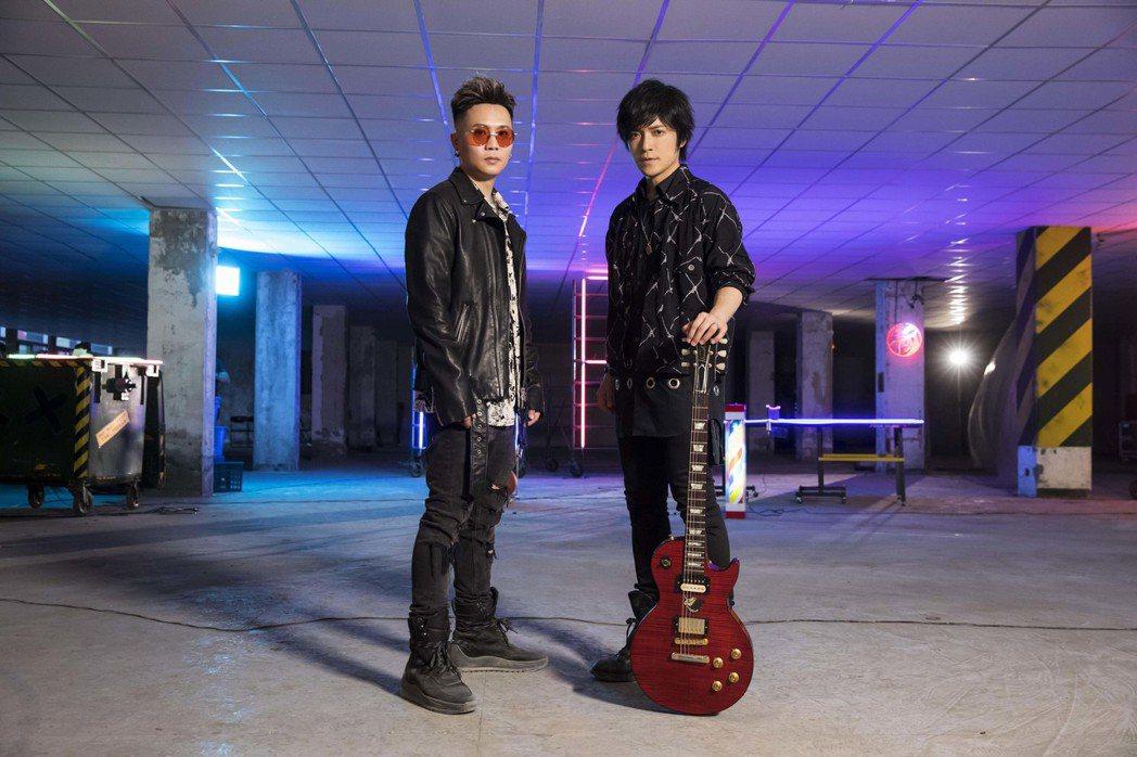 五月天怪獸(右)與蕭秉治聯手創作新歌「痛快世代」。圖/相信音樂提供