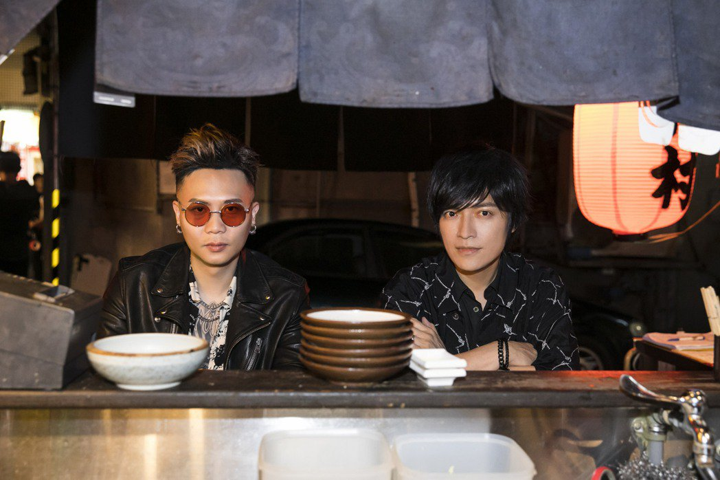 五月天怪獸(右)和蕭秉治新歌「痛快世代」,化身夢想領隊陪大家追夢。圖/相信音樂提...