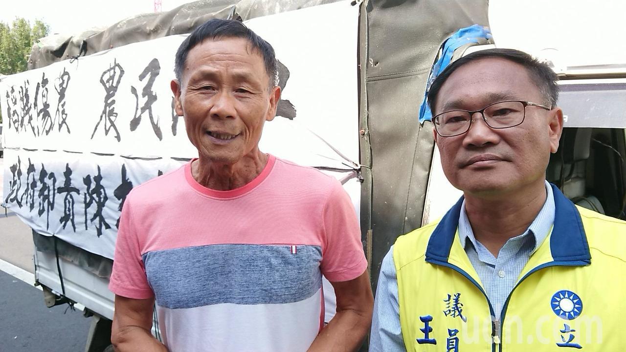 農民楊宗耀(左)向王啟澧陳情,強調要讓蔡政府下台。記者卜敏正/攝影