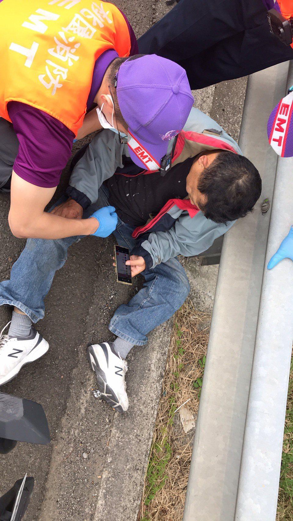 彭姓男子因不熟悉路況,誤闖國道高速公路,緊張不知所措,不慎自撞外側護欄受傷。記者...
