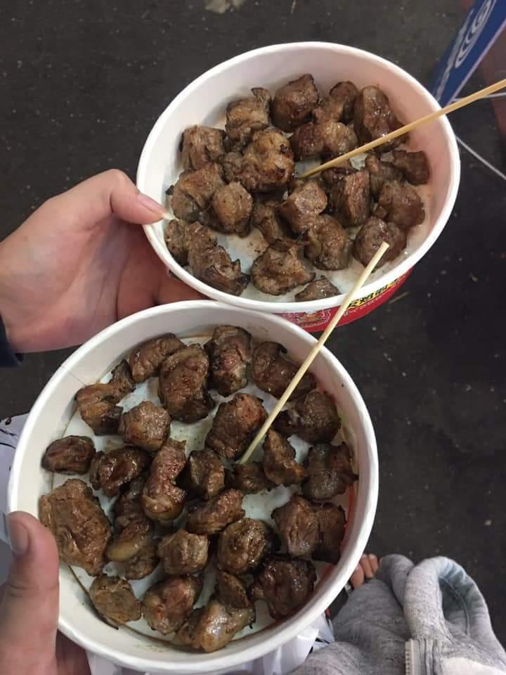 士林夜市今天又有網友在臉書社團「爆怨公社」貼文指出,昨晚到士林的某家攤販想要吃看...