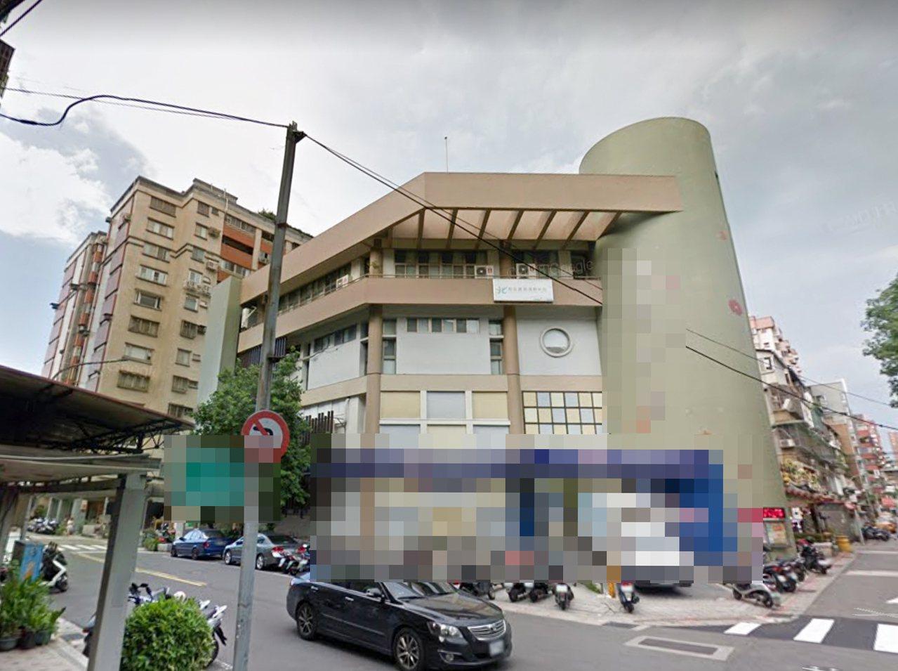 年約60多歲婦人今天早上被發現倒臥北市一棟大樓頂樓機房,警方研判輕生。圖/翻攝自...