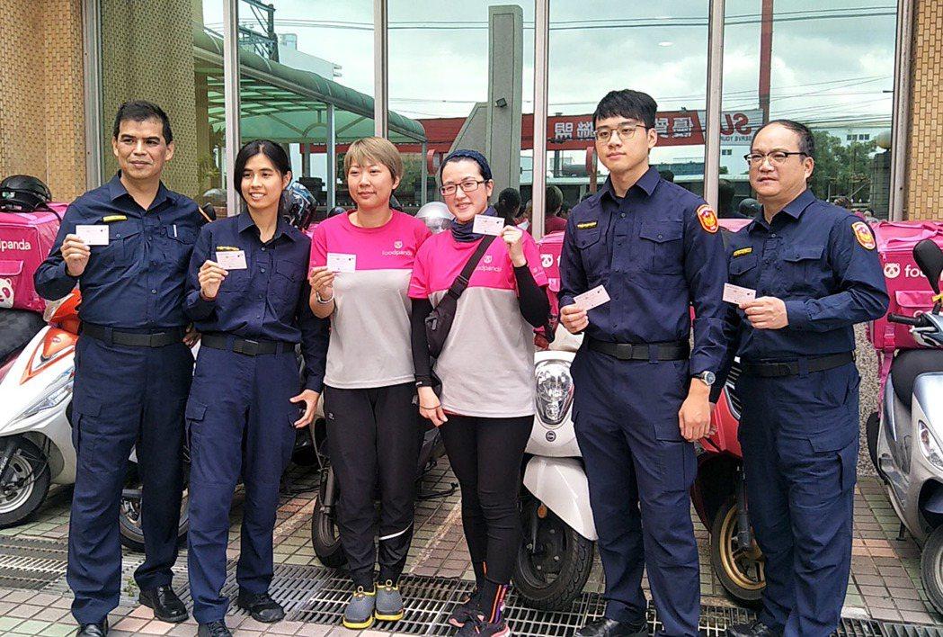 熊貓外送員送愛心餐點到教養院,德分局警備隊長許朝春父女(左一、二)、交通組警務員...