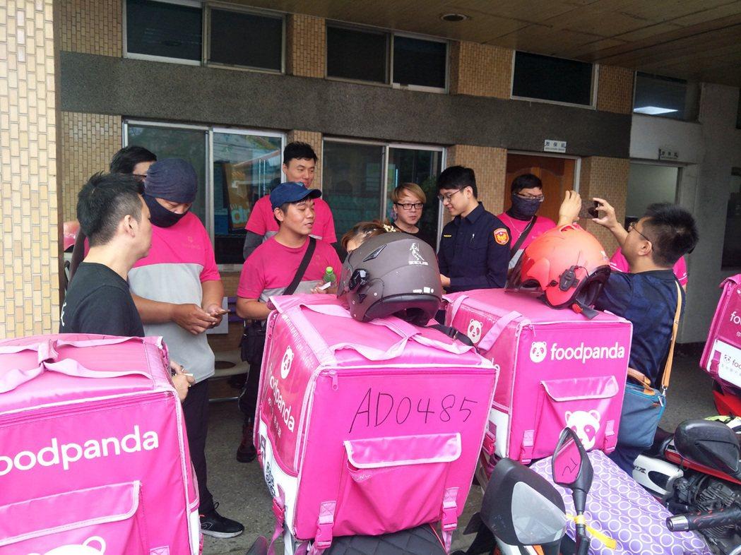 熊貓外送員送愛心餐點到教養院,八德分局宣導「外送人員交通安全守則」接單不搶快。記...