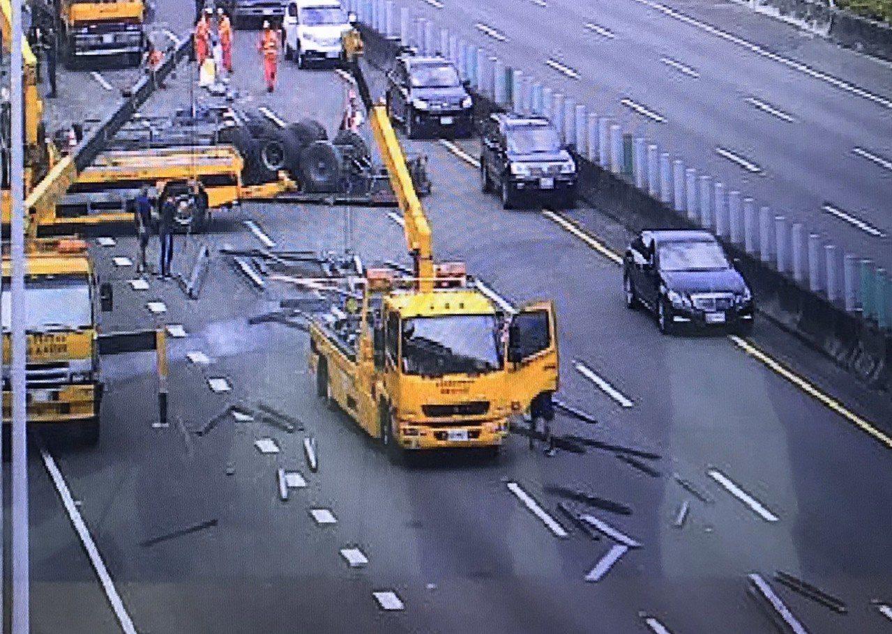 一輛聯結車今天上午在國道三號斜張橋附近翻覆,目前車道封閉進行拖吊。記者翁禎霞/翻...