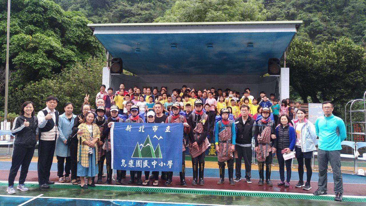 烏來國中小22名師生今上午出發前往觀霧地區,準備4天3夜完成攀登大小霸尖山。圖/...