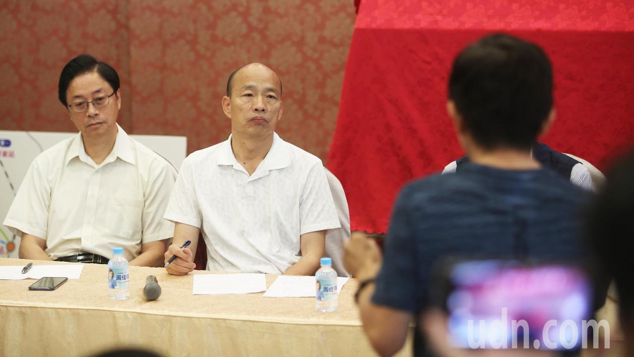 高雄市長韓國瑜,今天中午前往潮州參加「高捷、高鐵南延座談會」,了解地方心聲。記者...