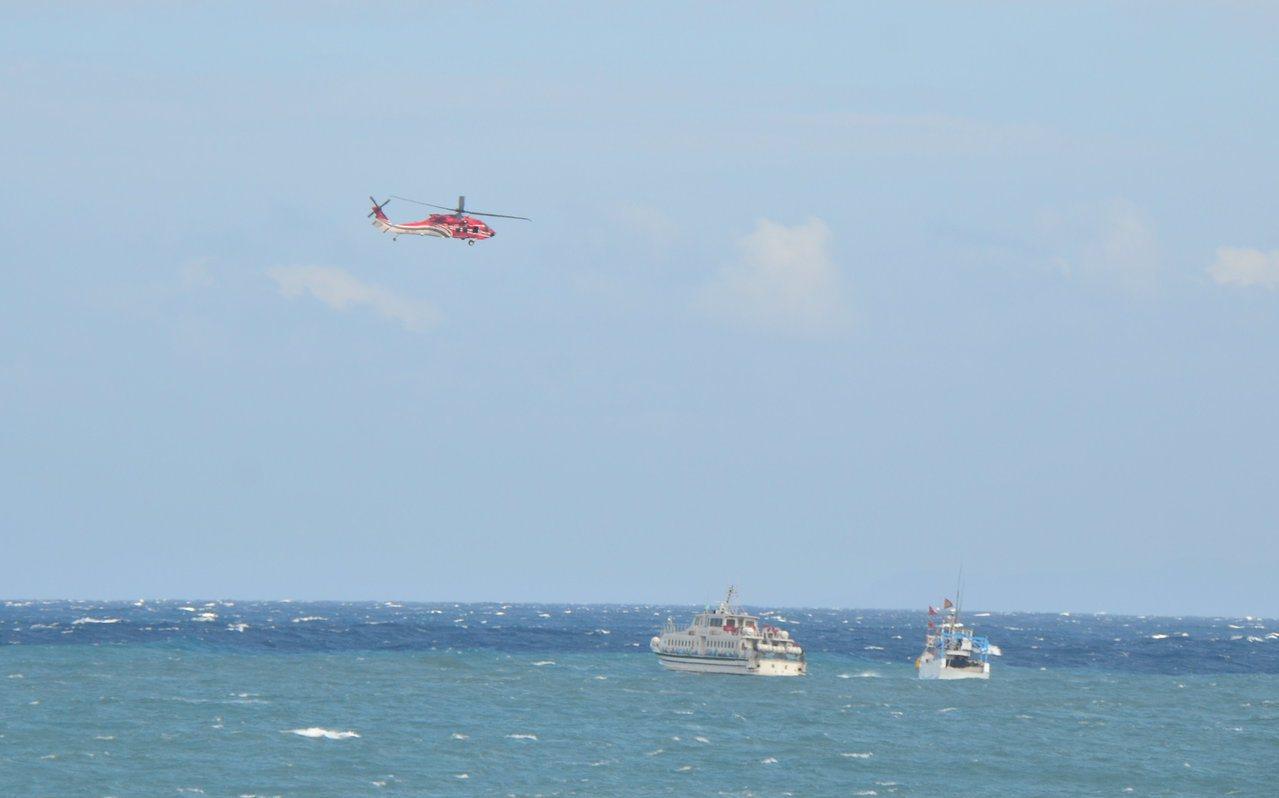 海巡署東部分署今天在台東海濱公園國際地標處進行「離島客船發生故障救援」實兵演練,...
