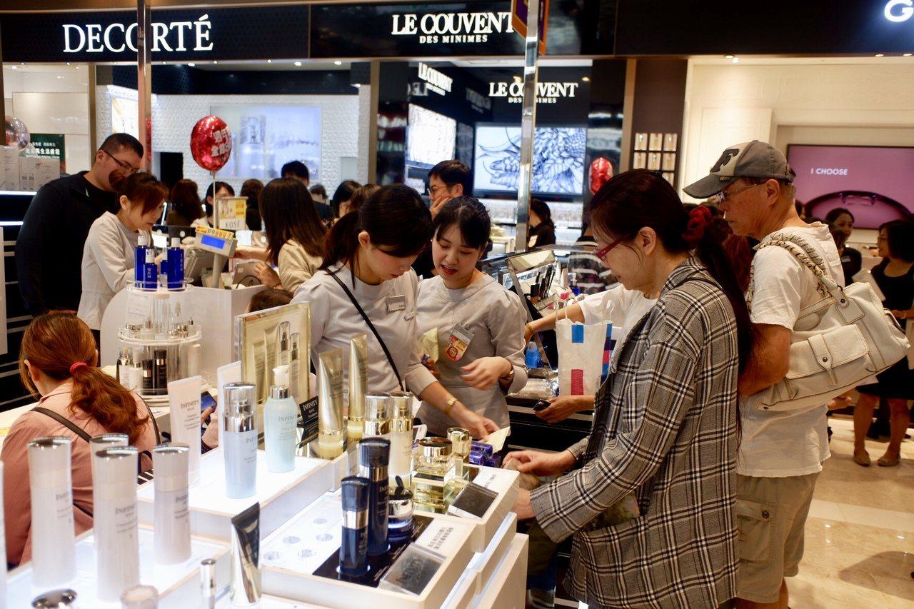 新光三越台北信義A8購買美妝人潮。記者江佩君/攝影