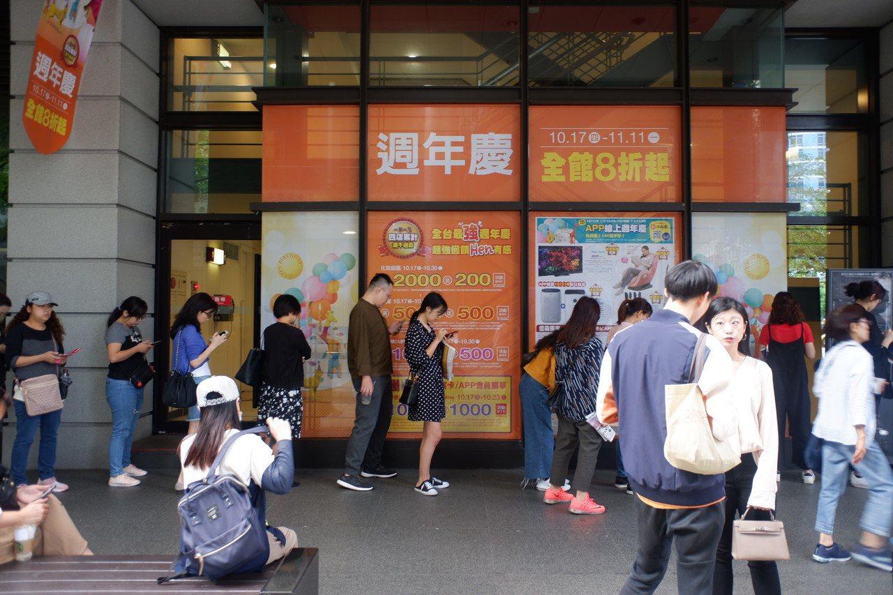 新光三越台北信義新天地共有73個入口,首日開店前吸引3千人排隊。記者江佩君/攝影