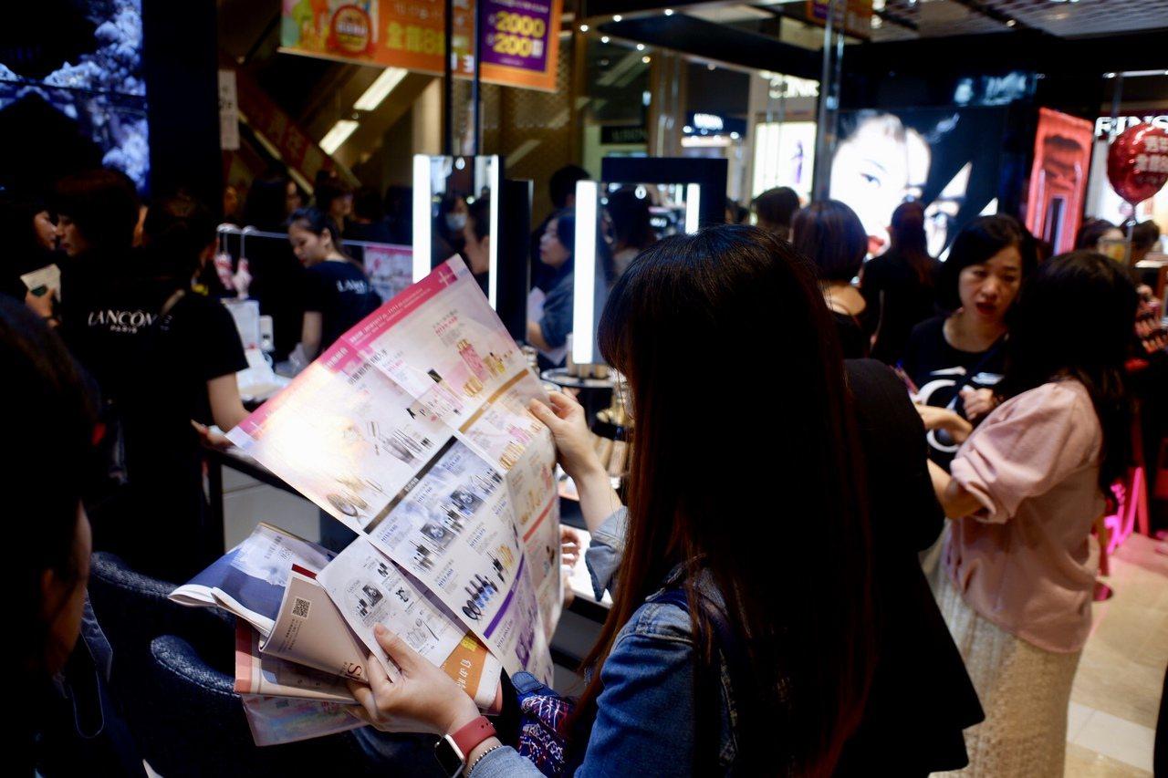 消費者仔細看DM特惠組購物。記者江佩君/攝影