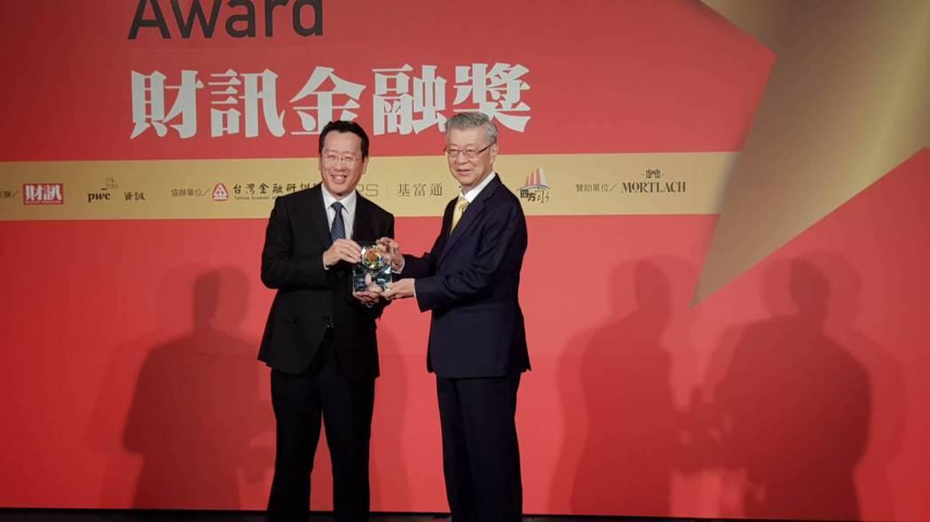金管會主委顧立雄(左)頒獎給前行政院長陳冲。記者戴瑞瑤/攝影
