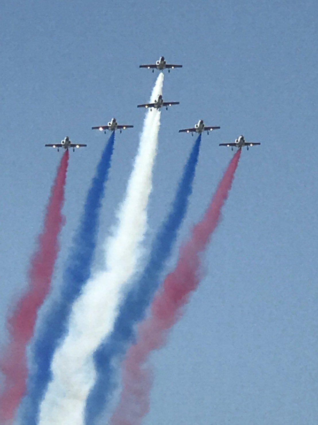 來自三軍退役的高齡榮民,看到各種軍機在空中精彩絕倫的特技演出,動作敏捷的拿起手機...