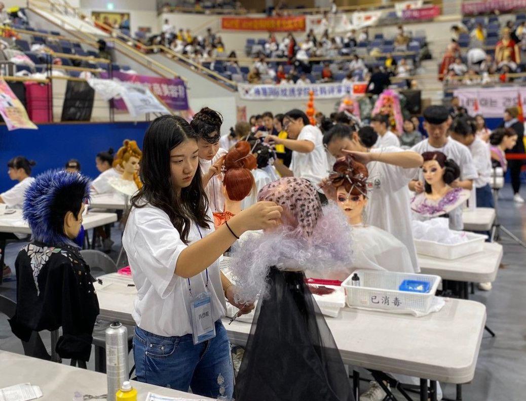 中山工商學生洪岱暄奪得韓國國際美容藝術大賽(IFBC)時尚創意剪髮、創意染髮設計...
