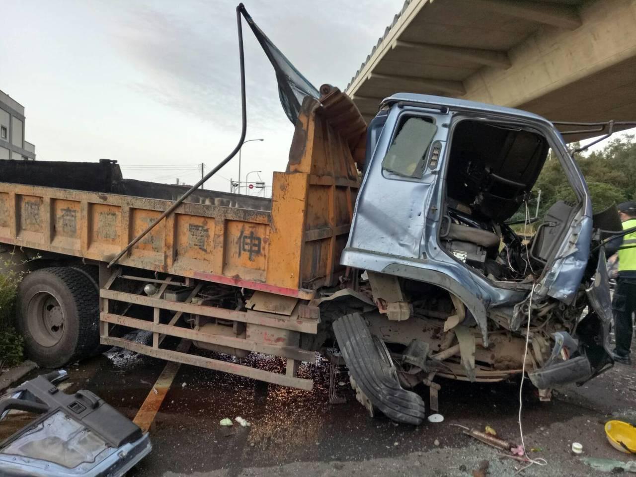 大貨車從15公尺高架橋上墜落於平面道路上,董姓駕駛當場受失去意識,送醫後不治。記...