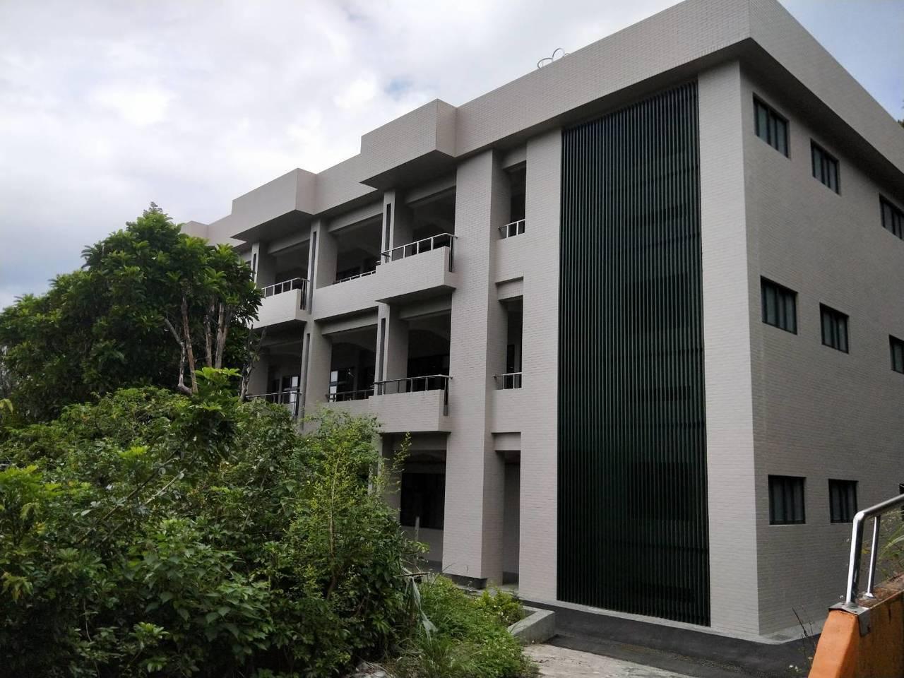 基隆中正國中3期校舍1億改建今落成啟用, 山林圍繞美麗校園。記者游明煌/攝影